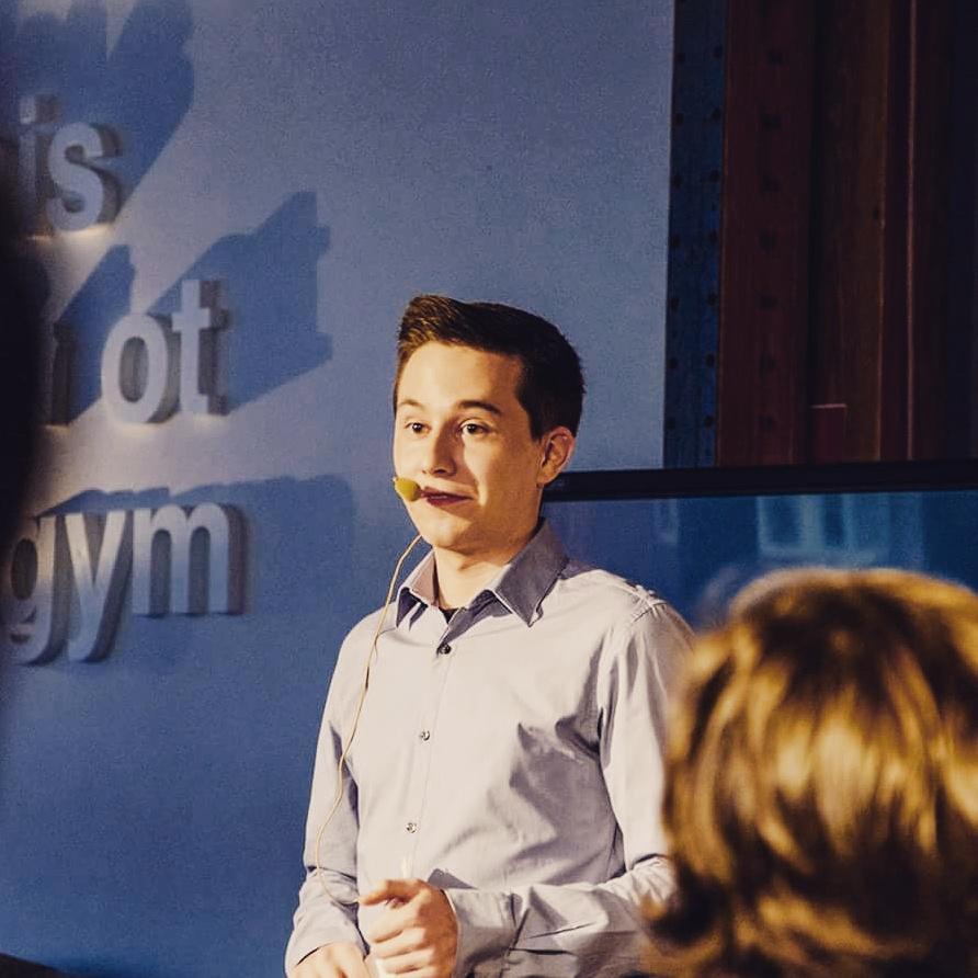Yaron was host tijdens het debat IMD Talks op z'n school Thomas More in Mechelen